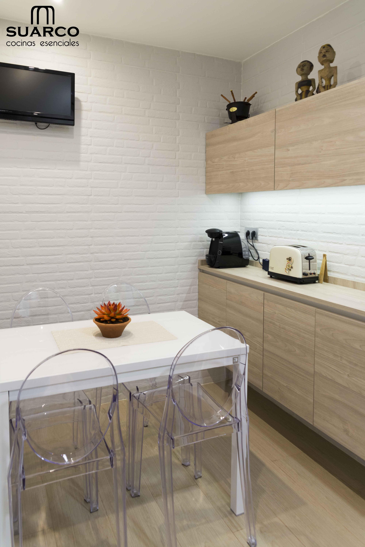 Cocina Moderna Pequena De Estilo Nordico Blanca Con Madera Y Perfil Gola Diseno De Cocina Moderna Decoracion De Cocina Decoracion De Cocina Moderna