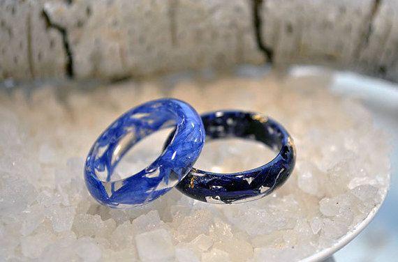 Bague résine Eco avec pétales de bleuet, bleu de pétale  Tous mes bijoux est créé dans mon home studio.  Cet article a été fait en utilisant une résine