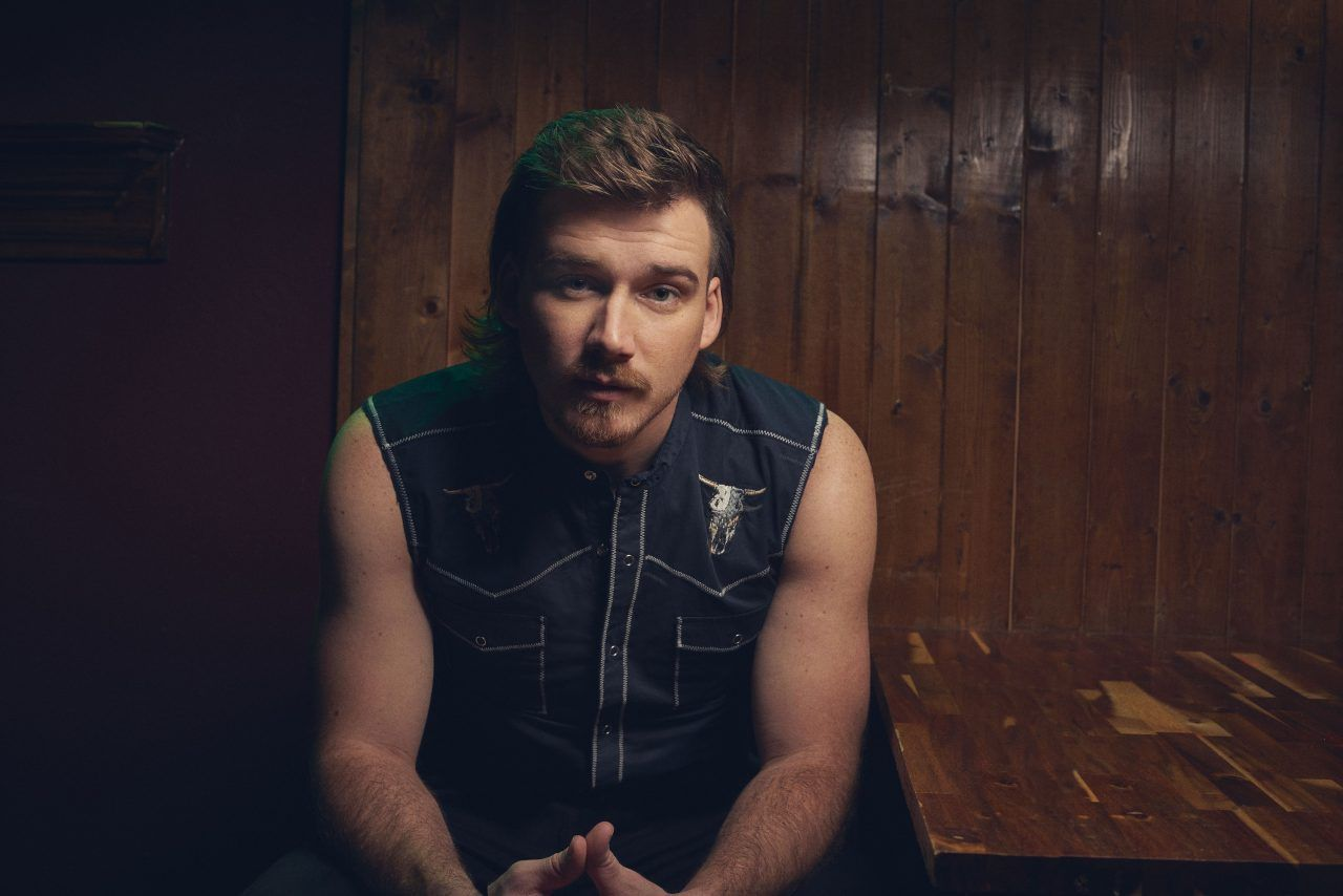 Morgan Wallen Toasts To Whiskey Glasses At No 1 In 2020 Lee Brice Singer Country Music Singers