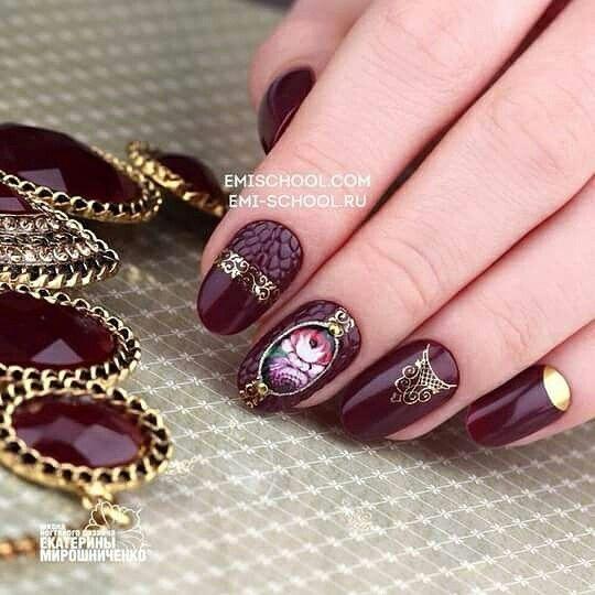 Nail Art rettile è sempre alla moda! Per effettuare questo design vi serve: #EMiLac o #GelPaint marsala,  il #Charmicon Ornament Mix 1 e #lunula oro 4 e il #Decupage 3D Vintage Zhostovo