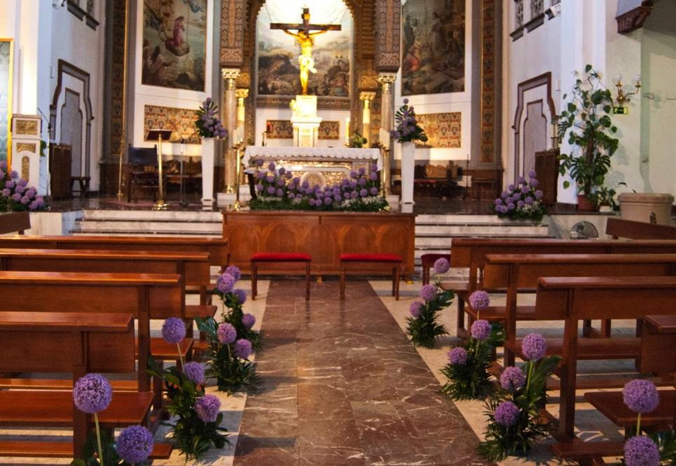 Decoraci n de iglesia boda arreglos florales allium for Decoracion iglesia boda
