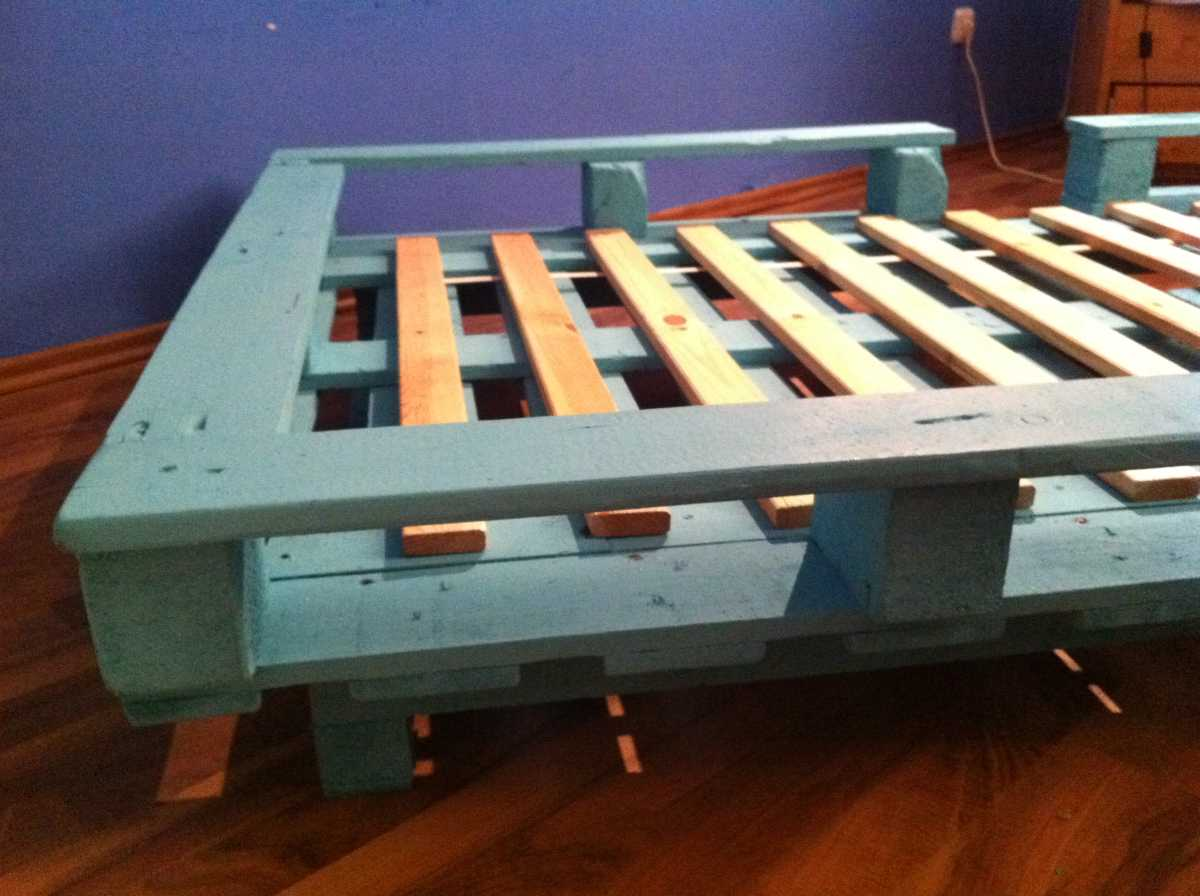 Pallet projects frame pallet bed single bed made from for Pallet bed frame with side tables