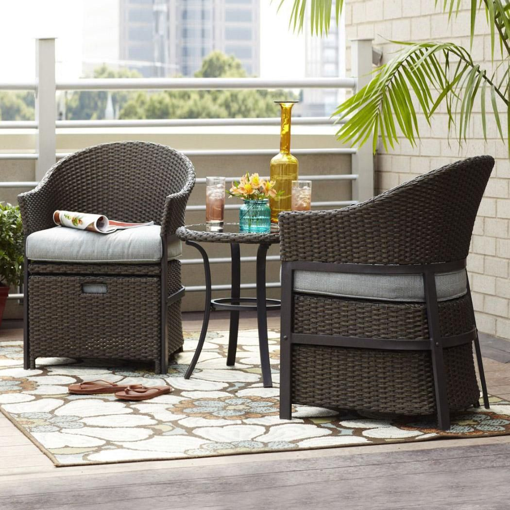 This 5 piece conversation set in wicker and light blue