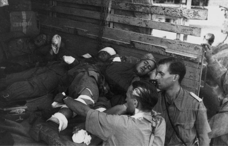 Un camion chargé de soldats allemands blessés arrive à un hôpital de campagne | por ww2gallery