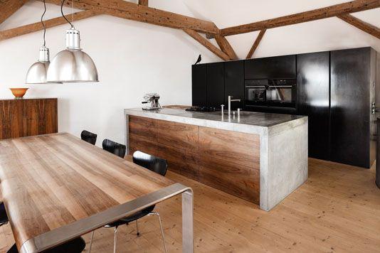 Mit Holz kombiniert wirkt Beton in der Küche besonders edel ...