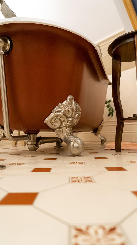 Eine Freistehende Gusseiserne Badewanne Wirkt Bei Der Klassischen