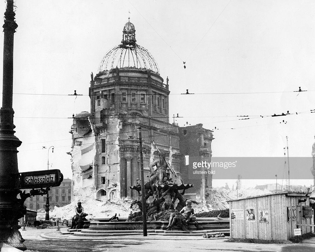 Eosander-Portal und Schlosskapelle einenTag vor der letzten Sprengung am 30.12.50- 29. Dezember 1950