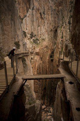 「世界一危険な道」と呼ばれ、14年間も立入禁止となっていたスペインの断崖絶壁にある遊歩道の改修工事が完了し、3月26日に開通することになった。 スペイン・マラガ近郊にある「エル・カミニート・デル・レイ」で、スペイン語で「王の道」を意味する。20世紀初頭に水力発電所の工事のために建設された道は、下を流れる谷川から高さ100mの位置にある。断崖絶壁沿いに幅約1mの小道が約7.7kmにわたって続いている...