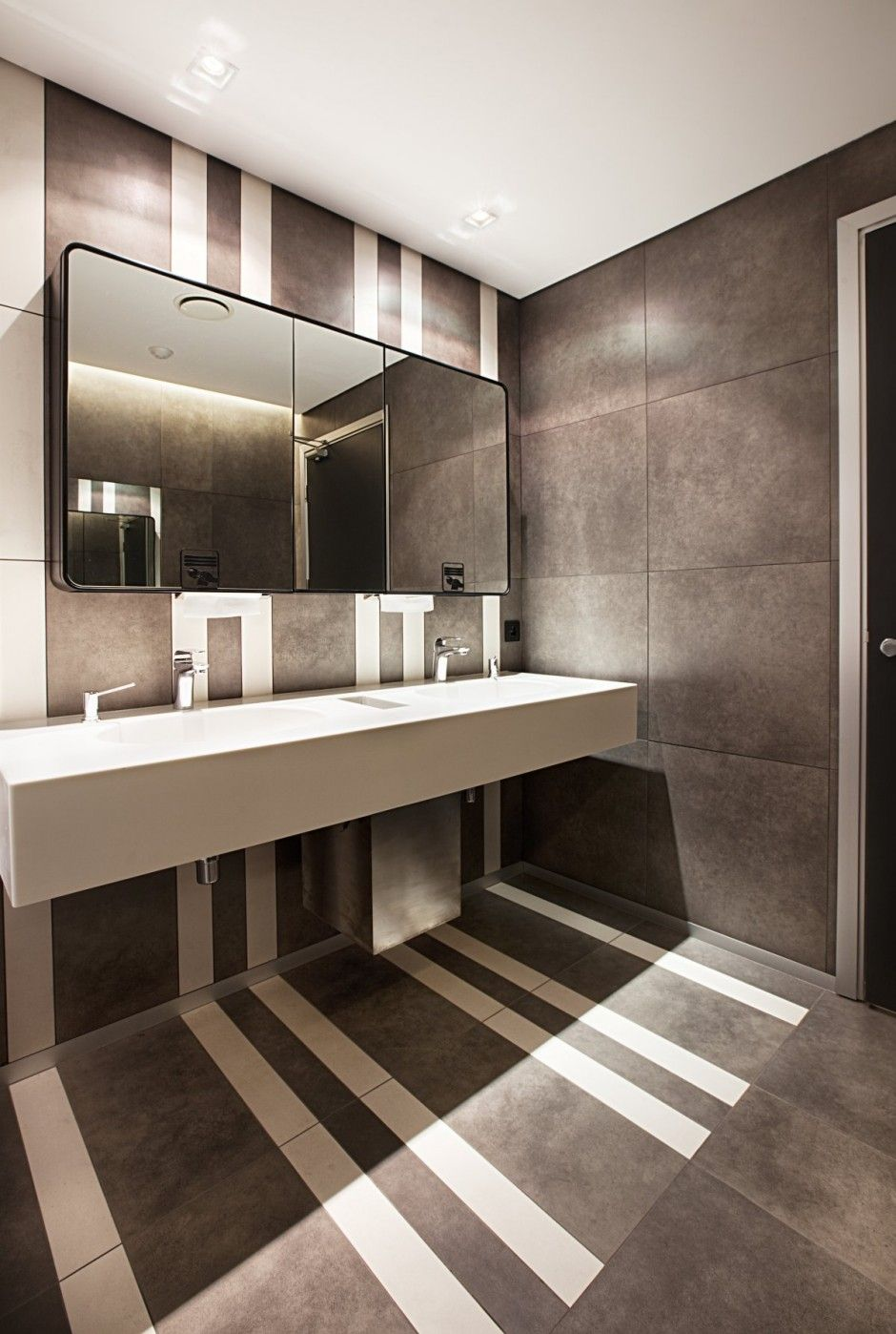 Turkcell maltepe plaza by mimaristudio bathroom ideas for Sanitaire salle de bain