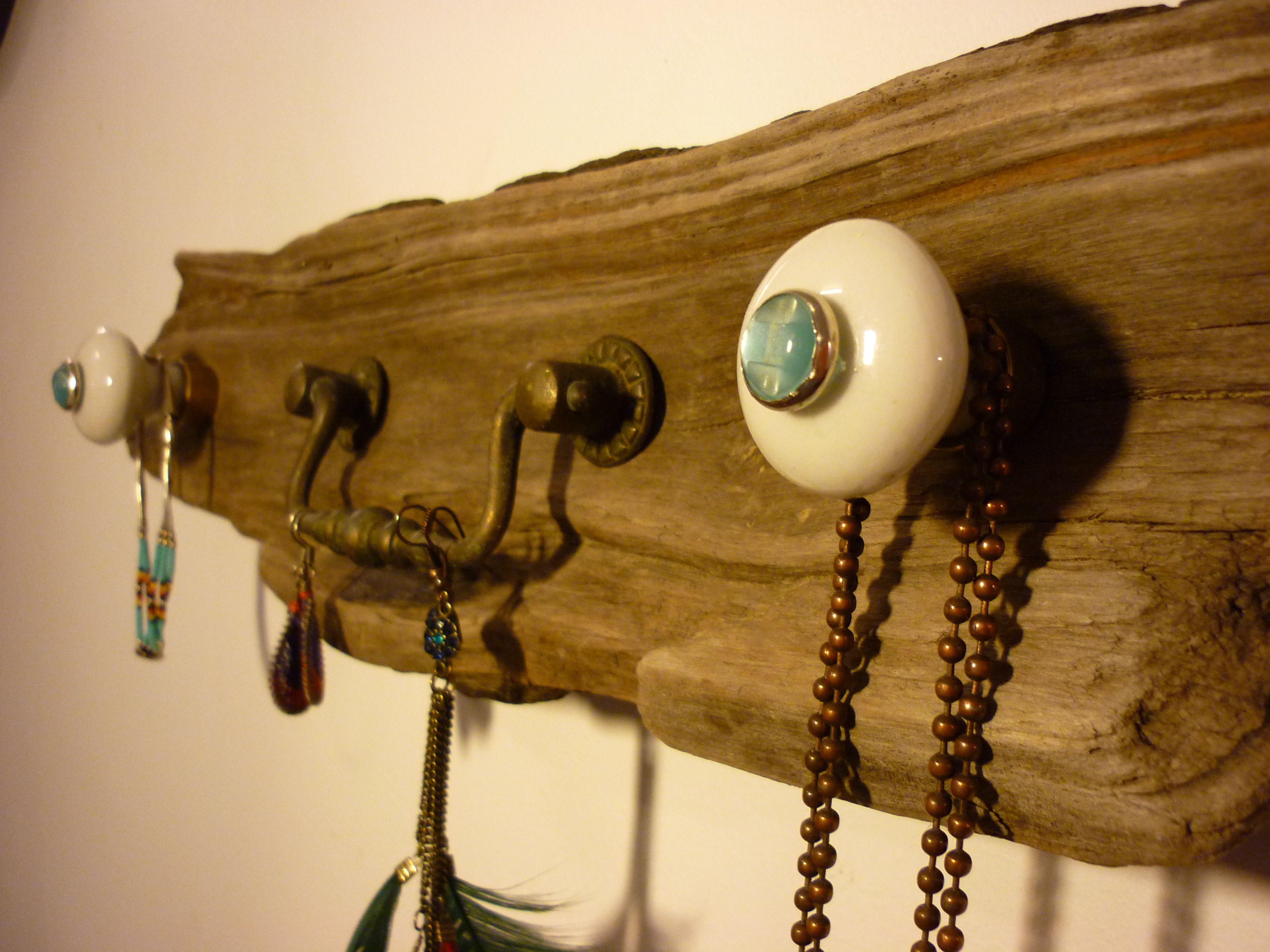 Petit porte bijoux en bois flott de couleur brute les for Meuble en bois flotte