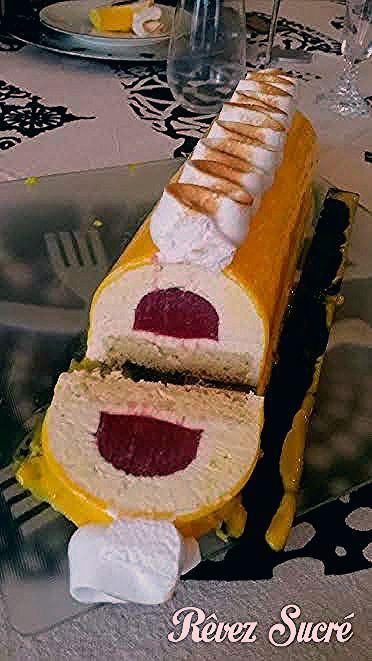 Bûche de Noël 2016 : Mousse citron, biscuit madeleine et huile d'olive, insert fraise-rose et glaçage ivoire. #biscuitmadeleine Bûche de Noël 2016 : Mousse citron, biscuit madeleine et huile d'olive, insert fraise-rose et glaçage ivoire. #biscuitmadeleine