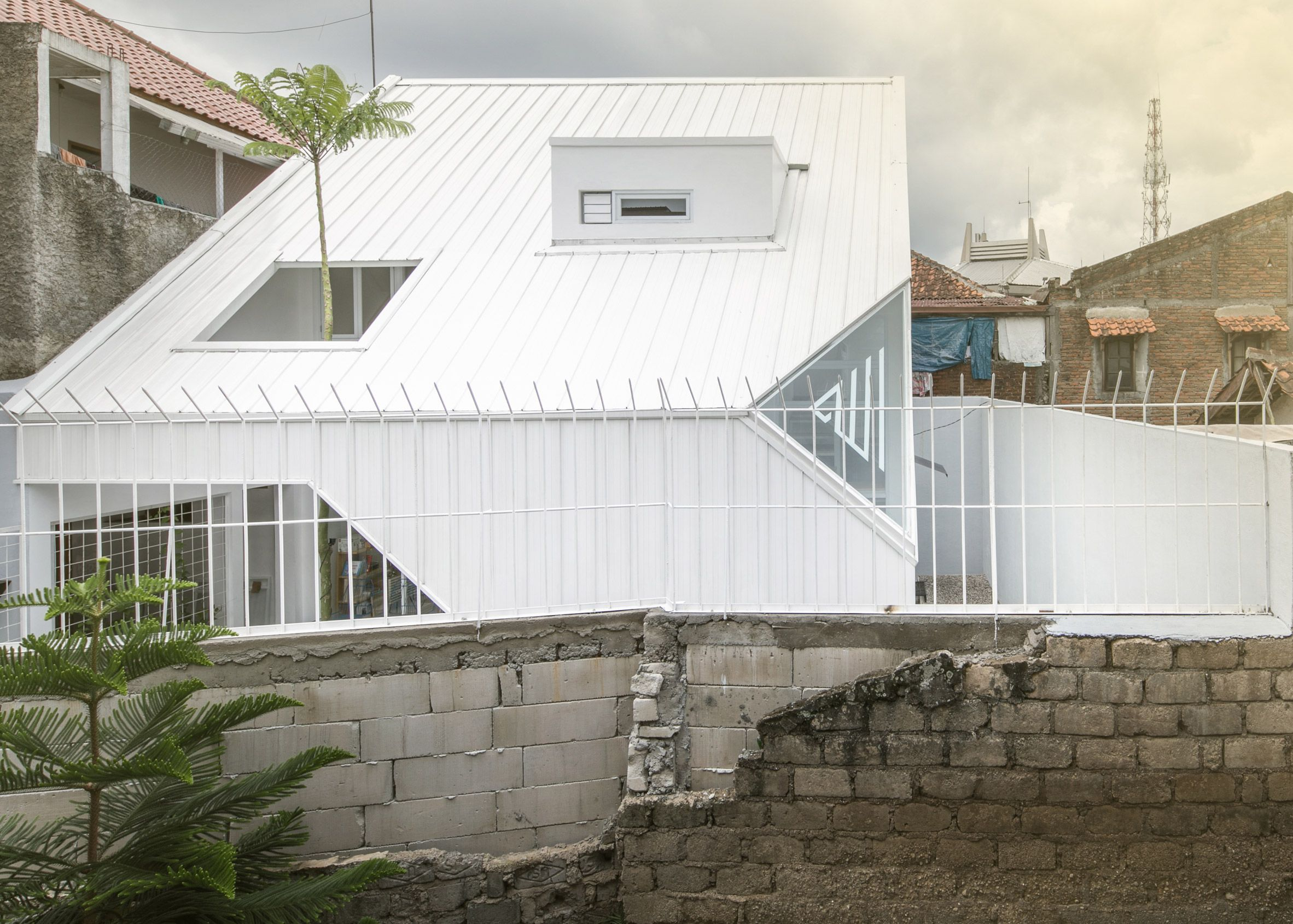 The Trunk Of A Brazilian Firetree Pierces The White Zinc Coated Roof Of A House By Aaksen Responsible Architecture Architecture Design Concept Tropical Houses