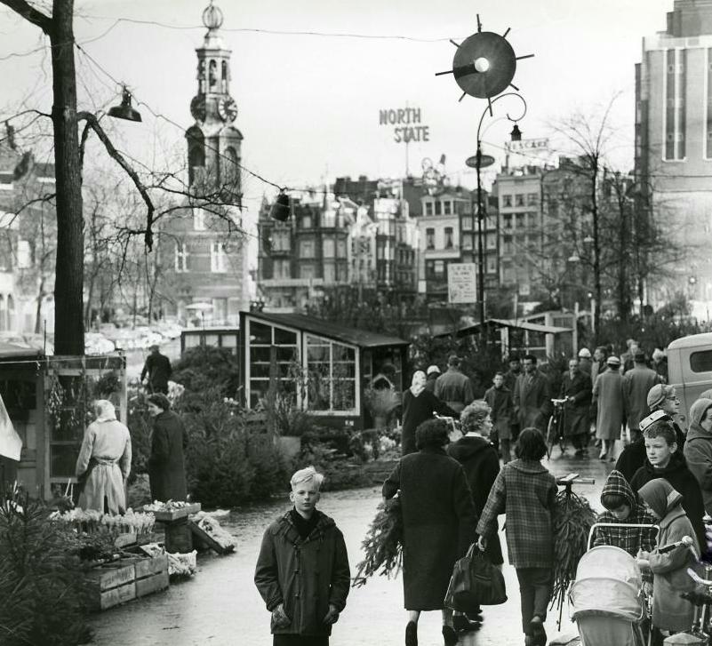 1965 Kerst markt aan de Bloemenmarkt met de  Munt toren op de achtergrond