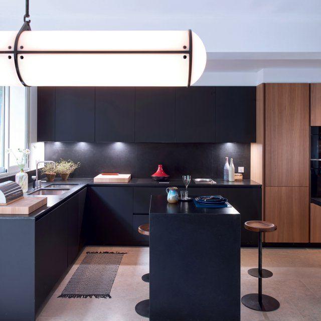 Une cuisine contemporaine qui mixe noir et bois avec placage en orme naturel, plan de travail et crédence en granit noir.
