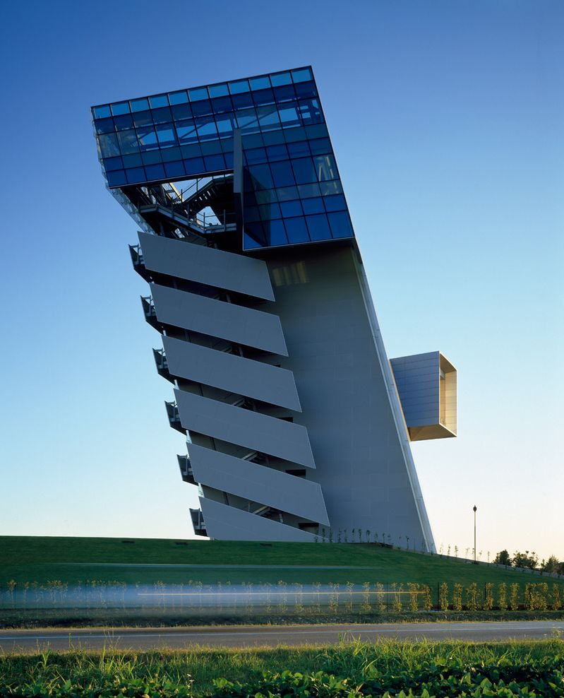 Hypo alpe adria bank morphosis architects thom mayne for Modern bank building design