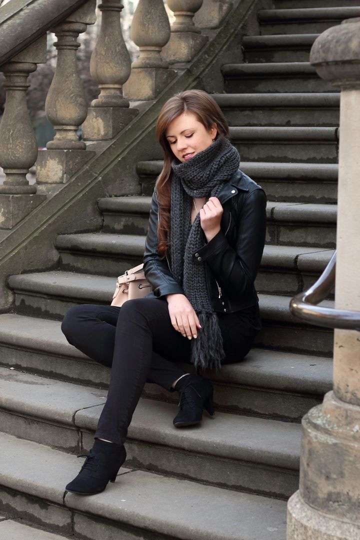 82669a9c087f37 Lederjacke | Zara | Strickschal | schwarz | grau | Jeans | Hochfrontpumps |  Outfit