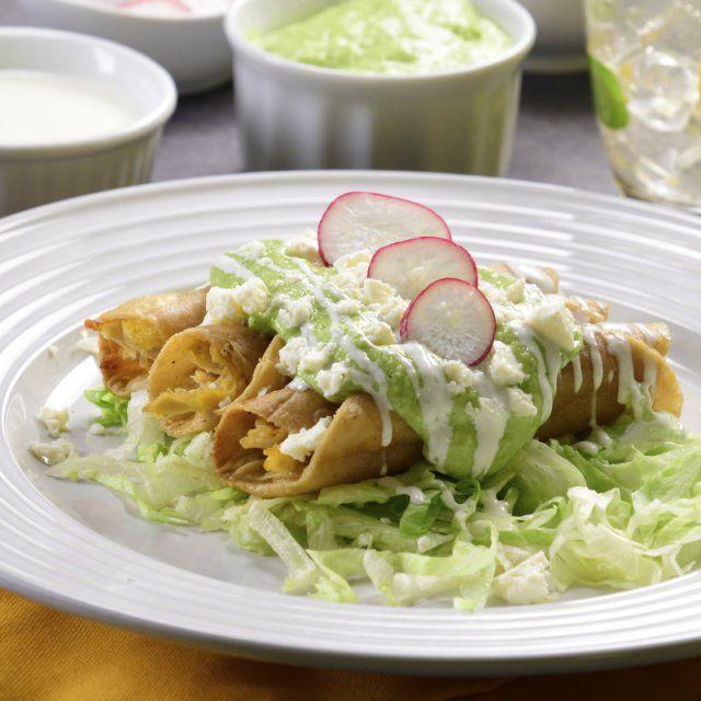 Tacos Dorados De Pollo Con Salsa De Aguacate Receta Salsa Aguacate Tacos De Pollo Pollo En Salsa