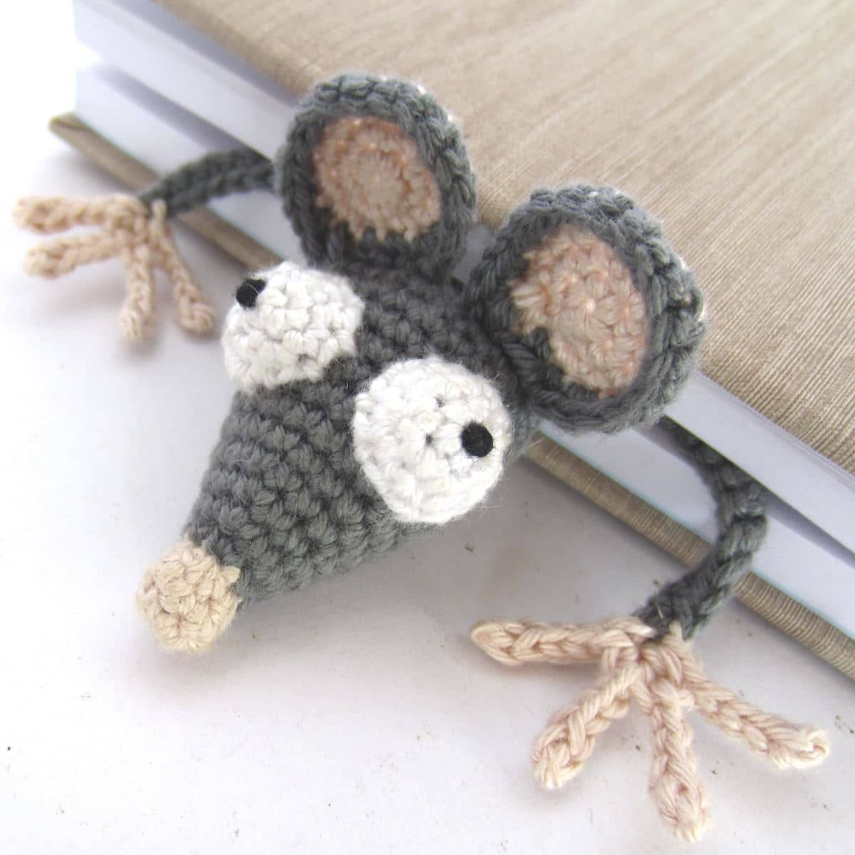 amigurumi marque page rat crochet le rat de biblioth que supergurumi crochet couture. Black Bedroom Furniture Sets. Home Design Ideas