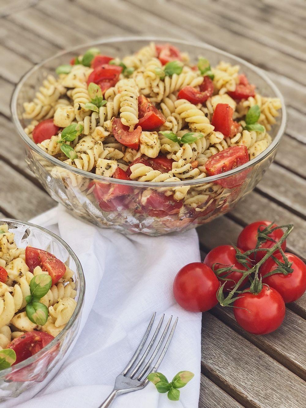 Photo of italienischer Pesto-Nudelsalat mit Tomaten und Mozzarella