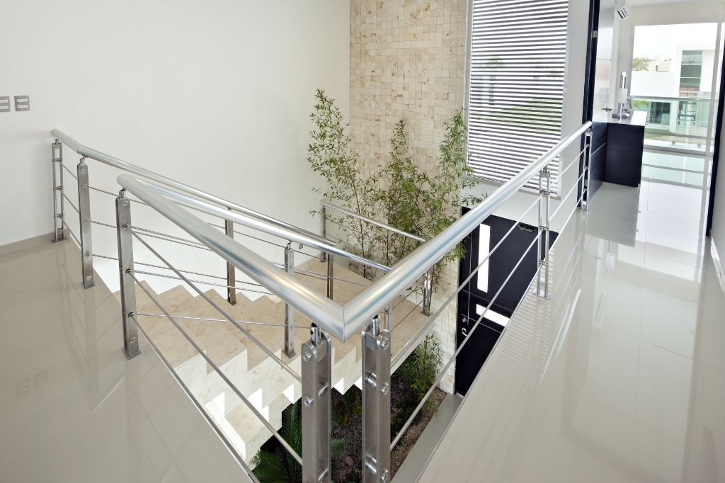 Casas hermosas doble altura por dentro buscar con google for Casa minimalista interior