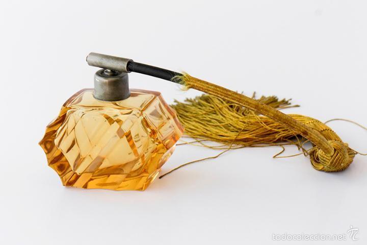 Perfumero Art Deco en cristal tallado color ámbar.