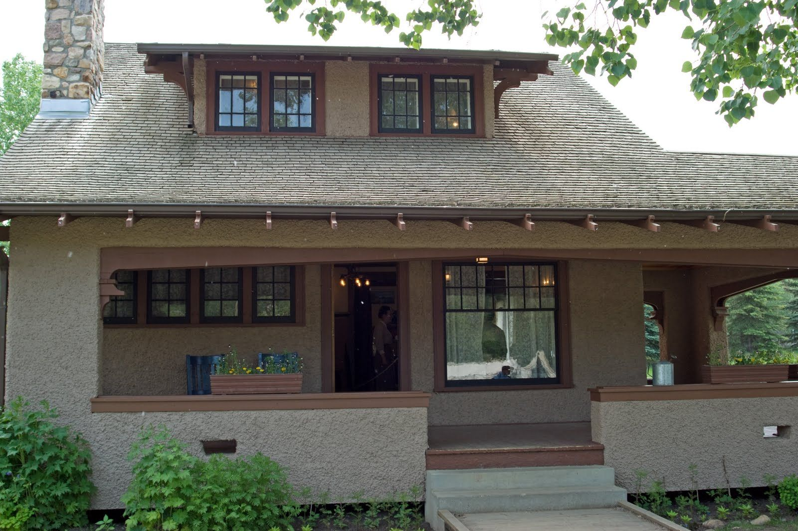 Stucco craftsman look at that porch craftsman for Stucco styles