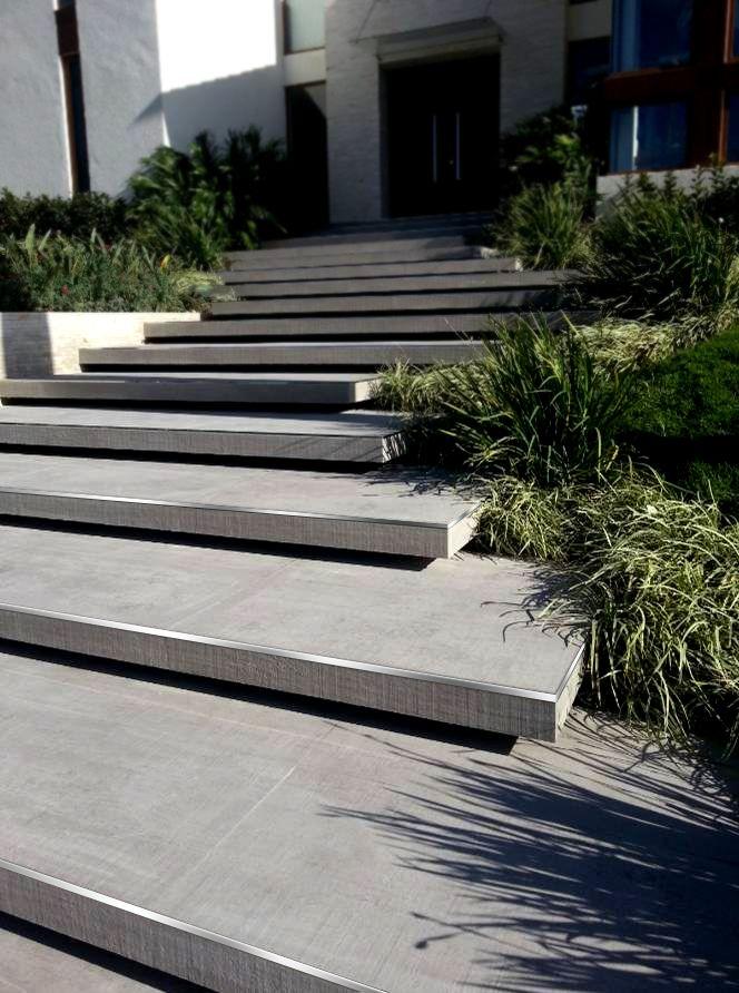 Terminaci n de escalones gradas con varillas en l de acero - Jardines exteriores de casas modernas ...