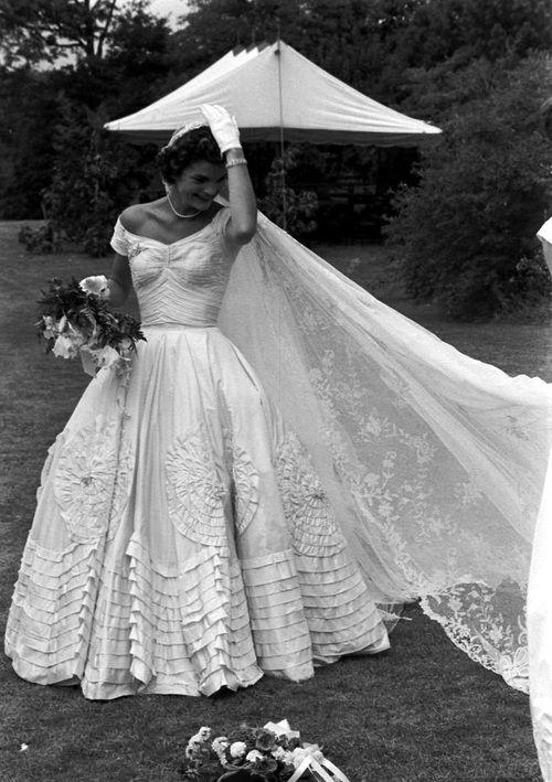 Classic Chic Wedding Jackie Kennedy Wedding Dress Wedding Wedding Theme Trouwen Bruiloft Jackie Kennedy Wedding Wedding Dresses Vintage Vintage Bride