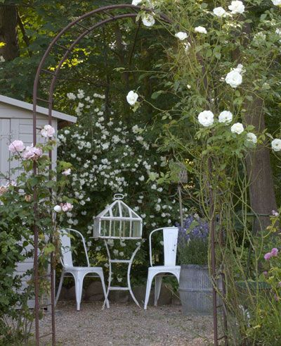 Alles is brocante in de tuin oude rozenboog sunroom pinterest brocante tuinen en tuin - Landschapstuin idee ...