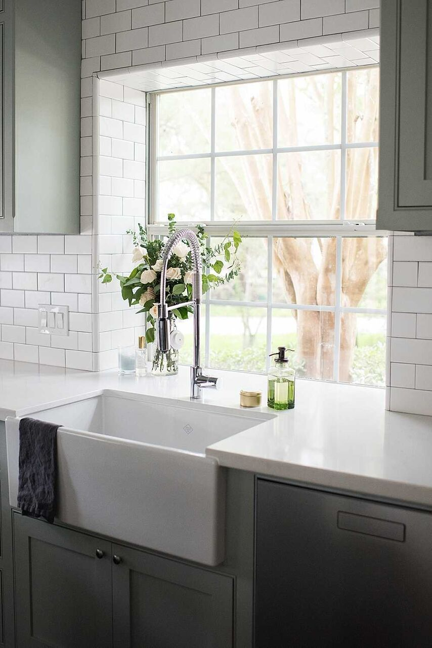 A Shaws Sink Never Goes Out Of Style The Rohl Clic Shaker Modern Single Bowl Front Fireclay Kitchen Effortlessly Blends Old With