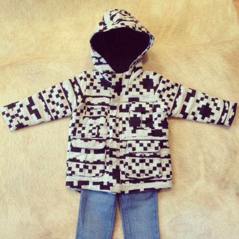 Zu finden auf http://www.my-little-store.de/b67vc0g3x66mz54w:22  Diese coole Jacke in Schwarz/Weiss gibt es noch in 3Y.