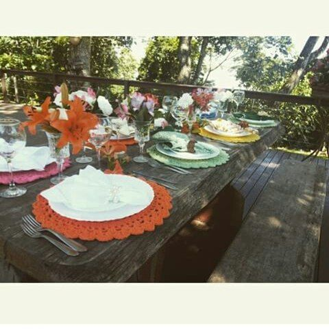 Feriadão e nada melhor que um belo almoço!!! E para ser completo, tem que ser lindo tambem!!! Mesa Posta para belo almoco de feriado!!! Monte a sua também  WWW.FEITAMAO.COM.BR  #mesaposta #croche #sousplat #feriadao #almoco #receberbem #recebabem
