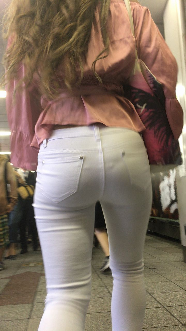 Фото стринги под белыми штанами