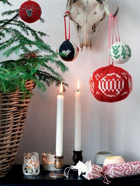 Siden de to norske strikketrolde Arne & Carlos udgav deres første bog med strikkede julekugler, er det bare blevet mere populært.