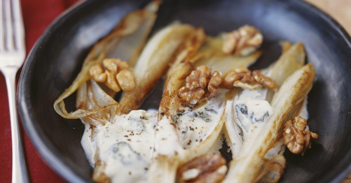 Gebratener Chicorée mit Gorgonzolasoße und Walnusskernen ist ein Rezept mit frischen Zutaten aus der Kategorie Blattgemüse. Probieren Sie dieses und weitere Rezepte von EAT SMARTER!