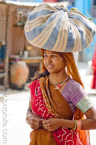 DSC09846 - Woman carrying bag on head - Sailana (India)