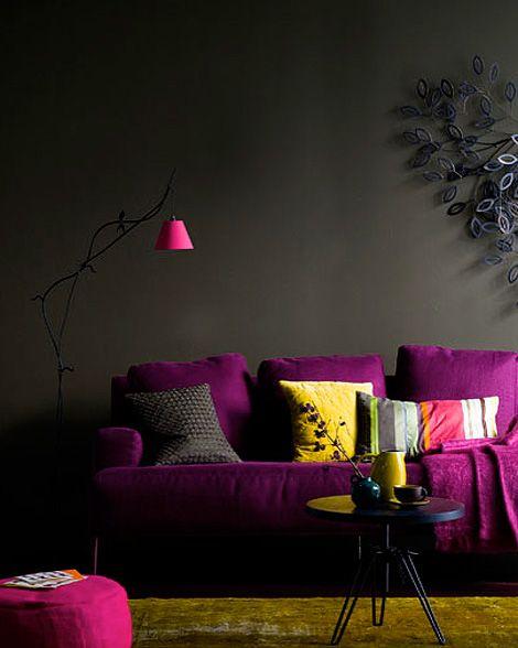Pink Violett Und Gelb Leuchten Vor Der Grauen Wand