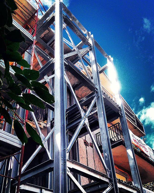 Struttura in acciaio per ascensore esterno relativa ad