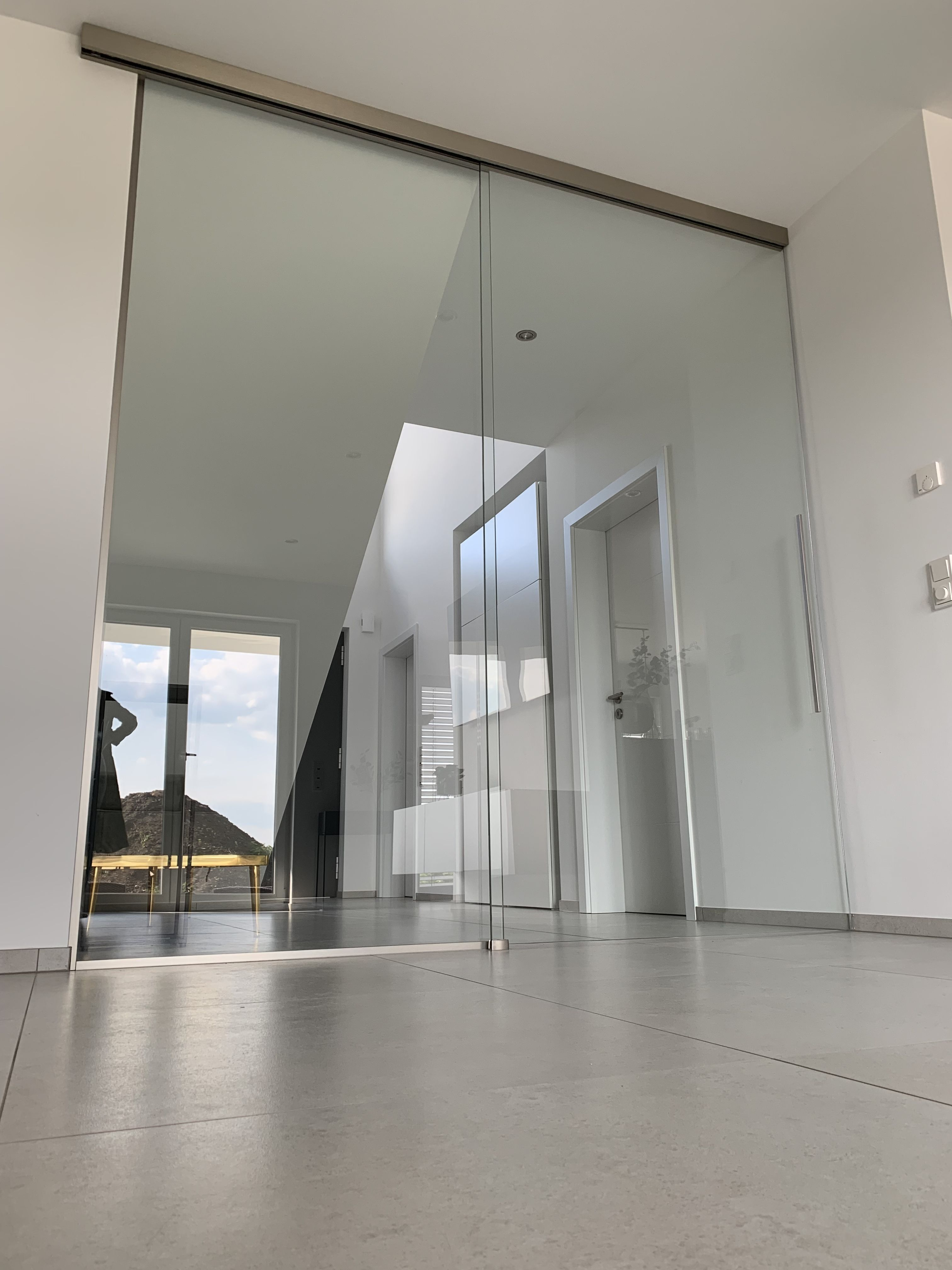 Glasschiebetur Seitenteil Mit Vitris Beschlag In Edelststahloptik Glasschiebetur Schiebetur Glas Glastur Wohnzimmer