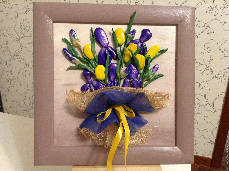 Купить букет из ирисов и желтых тюльпанов, картина из гальки, листья из полим - тёмно-синий