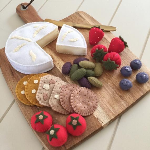 Photo of Tabla de quesos, brie, camembert, galletas saladas, comida de fieltro, juego de simulación, fiesta de té, cocina de juego, aceitunas, fresas, tomates
