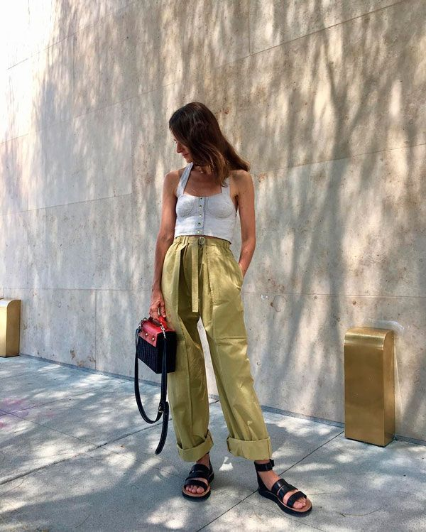 Look com calça clochard verde e cropped cinza.