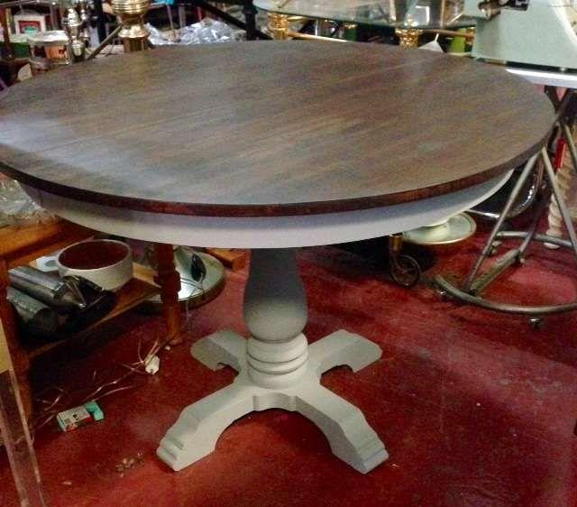 Preciosa mesa redonda para comedor Tapa de color nogal y pie ...