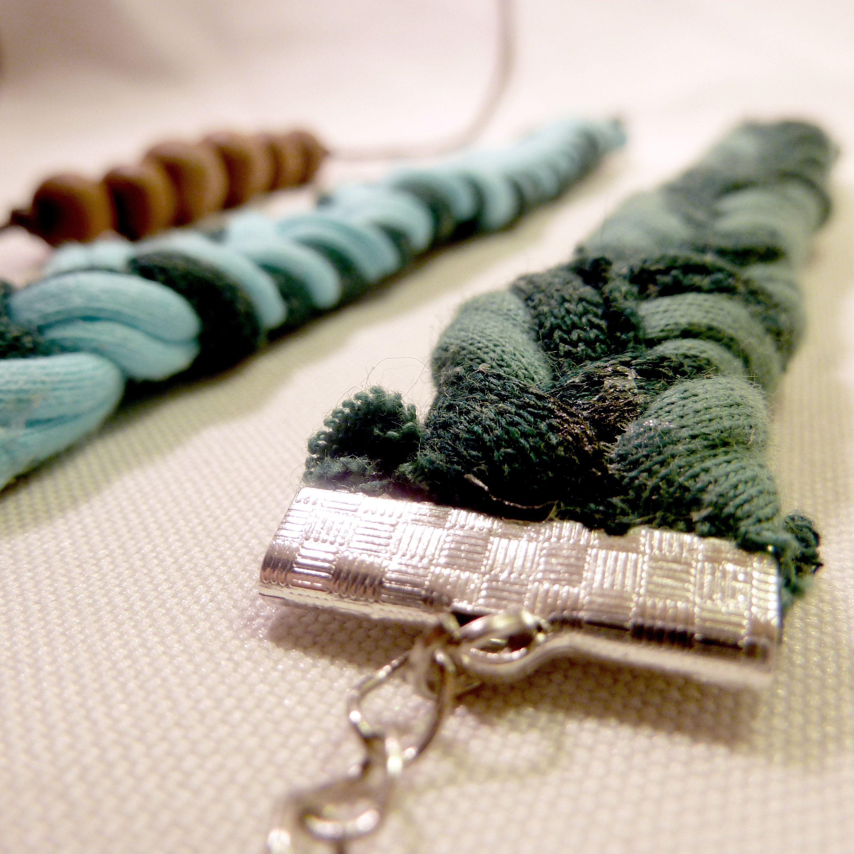 Selbstgemachter schmuck  Selbstgemachter Schmuck aus Holzperlen und Textilgarn :) | Ideas ...