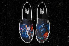 Vans Star Wars es una nueva colección de la marca americana. Esta colección incluye varios modelos míticos de zapatos de la marca, camisetas, gorras e incluso mochilas. La Colección Vans x Star Wars, como su nombre indica, basa los estampados en nuestra saga favorita, La Guerra de las Galaxias. Darth Vader, Luke Skywalker, Han Solo, Chewbacca, Yoda, R2-D2, C3PO y muchos más protagonizan está increíble colección que te mostramos en la siguiente galería.