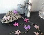 Guirlande sur fil de lin marguerites et papillons en rose, violet et lin : Accessoires de maison par bebe-d-antan