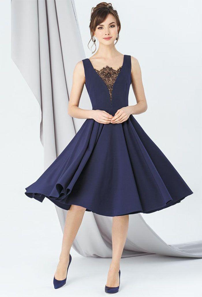 e4d6f44d753 Синее платье с юбкой солнце-клеш. V-образной вырез горловины декорирован  кружевом.