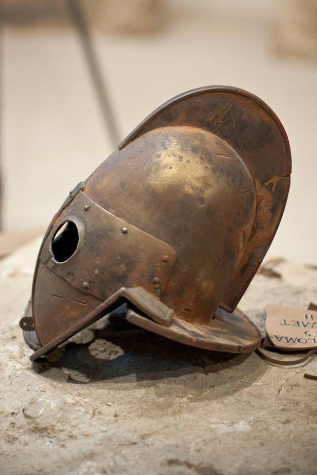Secutor Helmet.Самое первое упоминание о гладиаторах относится ко времени 264 г. до нашей эры. Сохранившиеся записи свидетельствуют о том, что существовали рабы, которых заставили сражаться до смерти на похоронах выдающегося аристократа Древнего Рима, Джуниуса Брутуса Перы. Некоторые гладиаторы были очень популярны благодаря своим выступлениям.