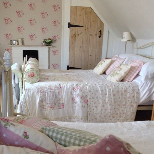 Small Cozy Bedroom For Girls Bewitching Pink Wallpaper In: Shabby And Charme: Uno Splendido Cottage Nei Cotswold