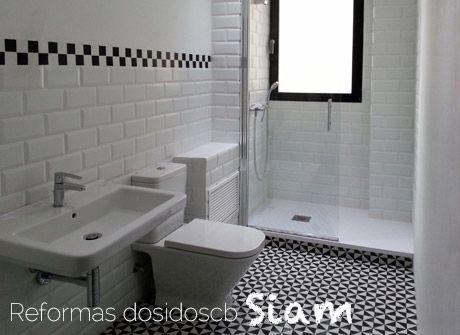 reforma de un baño en blanco y negro con estilo vintage, buscando ...